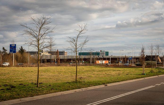 Het veld tussen de Heistraat en Zoom in Zeelst waar de nieuwe KFC en Domino's moeten komen.