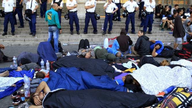 Des migrants bloqués par la Hongrie manifestent à Budapest