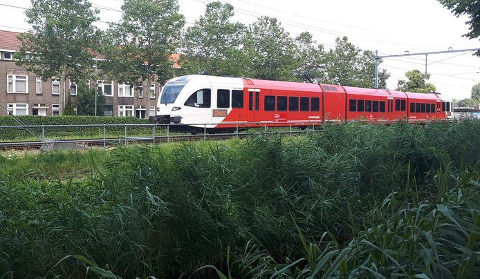 Trein van Qbuzz op de Merwedelingelijn op de trein-parkeerplaats aan de Crayenstyeinstraat in Dordrecht