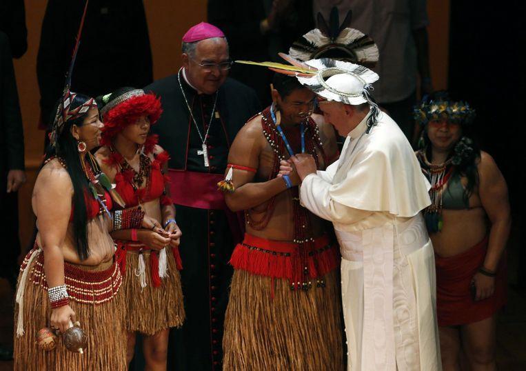 Paus Franciscus bezocht in 2013 Brazilië waar hij met een kleurige hoofdtooi op de leiders van lokale groeperingen ontmoette. Beeld AFP