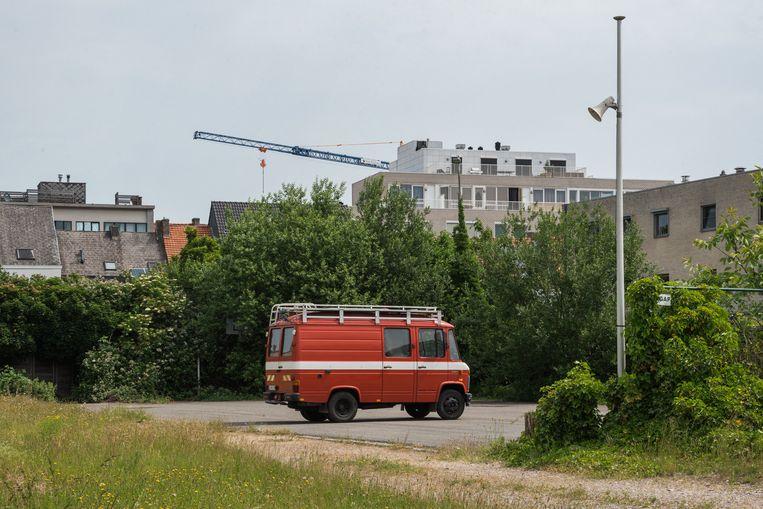 Een oude brandweerwagen buiten de gebouwen van BrandweRK.  Beeld Wouter Maeckelberghe