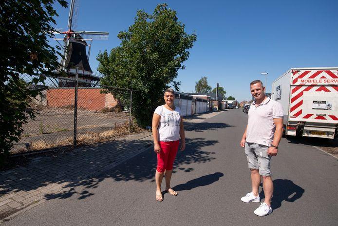 De ondernemers Annemiek Tijhof (PartyFours) en Michel Roeloffzen (Roeloffzen Tegelmarkt) in hun geliefde, maar toch ook wat verwaarloosde straat Achter de Molen.