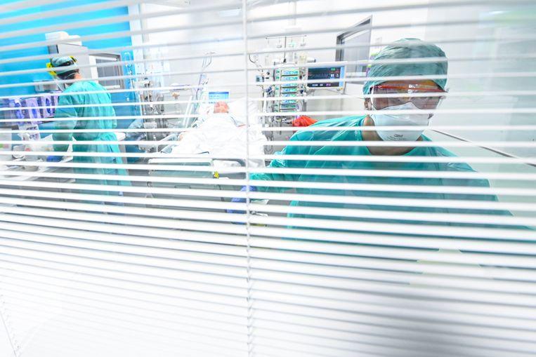 Een coronapatiënt op intensieve verzorging in het ziekenhuis van Marche-en-Famenne. Beeld Photo News