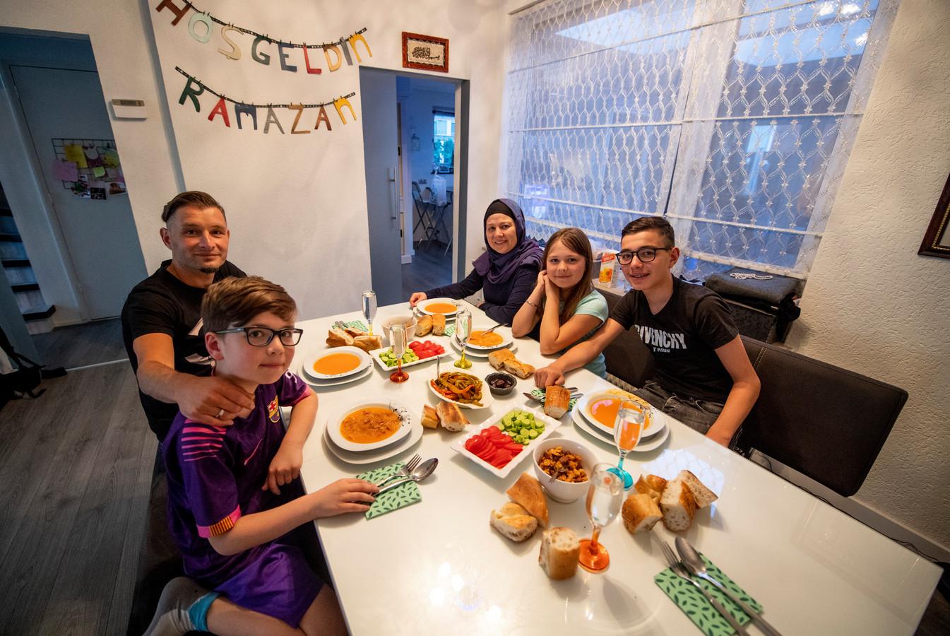 Zaterdagavond, even na half tien, zit de ramadan erop. Ook voor de familie Kandemir uit Hengelo. Van links naar rechts: vader Erkan, Basir, moeder Özlem, Elanur en Tugay.