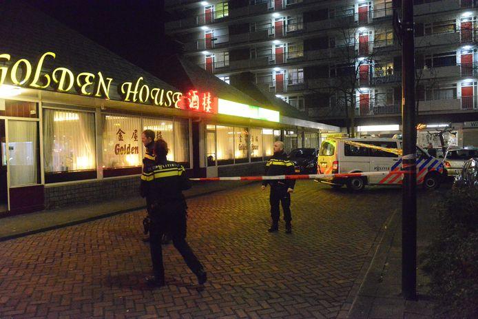 De politie doet onderzoek na de steekpartij aan het Waldhoornplein in Rijswijk op donderdagavond 12 maart.