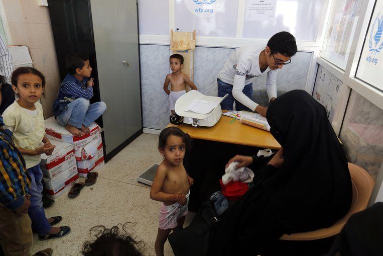 Kinderen in Jemen gaan op controle bij de arts, te midden van het bloedige conflict in het land, dat voor ondervoeding zorgt. Beeld EPA