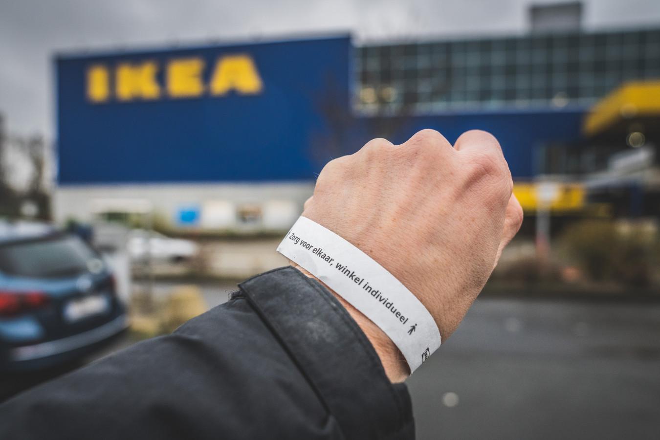 Armbandjes worden uitgedeeld aan automobilisten, zodat maar 1 persoon de Ikea binnen kan