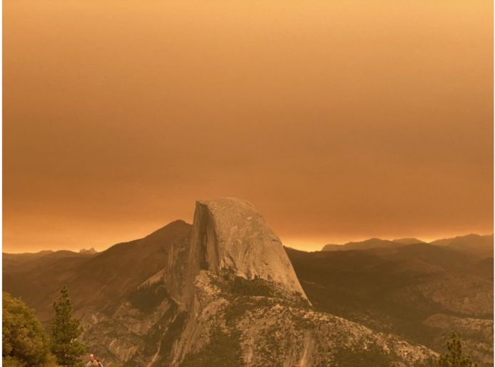 Oranje gloed over Yosemite Park, Californië.