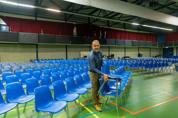 Bij de Vrije Evangelische Gemeente Zwolle in de voormalige WRZV-hallen zet pastor Arjan Dam extra stoeltjes neer om zondag meer kerkgangers te kunnen ontvangen.