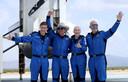 Oliver Daemen, Jeff Bezos, Wally Funk en Mark Bezos na hun landing vanuit de ruimte