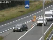 Rijkswaterstaat woest op automobilisten die afzetting negeren op A50 bij Apeldoorn: 'Levensgevaarlijk'