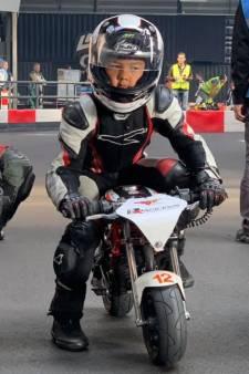 Kenzo (7) gaat met zijn motor als een speer