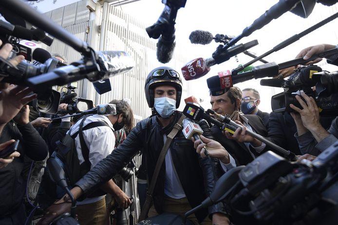 Leopoldo Luque staat de media te woord.