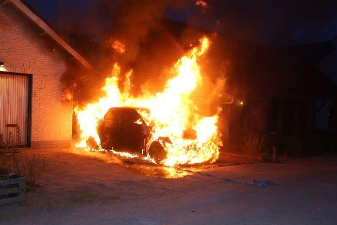 De elektrische auto brandt uit aan het Wildpad in Vught.
