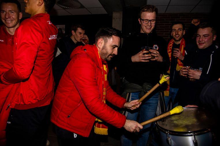 Kaya, die tot zijn grote ontgoocheling geschorst is voor de bekerfinale, op de drums.