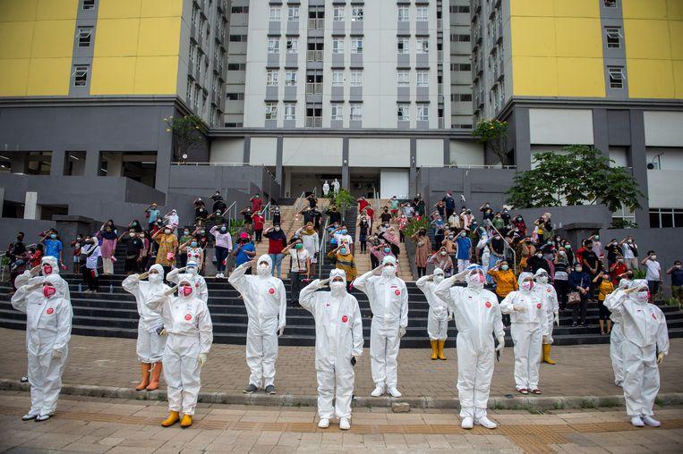 Zorgpersoneel en patiënten brengen, met maskers vanwege de pandemie, een saluut tijdens de Indonesische onafhankelijkheidsdag. 17 augustus 2021, Jakarta. Beeld Reuters