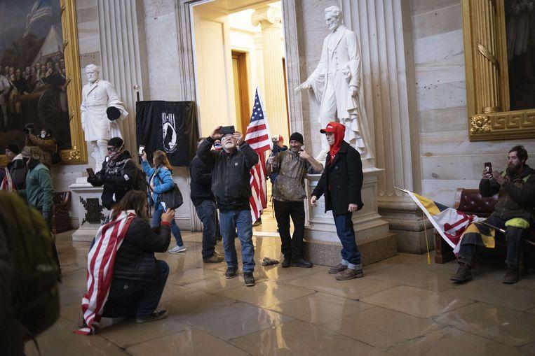 Trump-aanhangers in het besstormde Capitool in Washington.  Beeld AFP