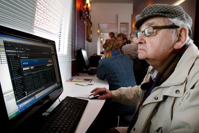 Een bewoner van een woon-zorgcentrum leert surfen op het internet. Beeld ANP