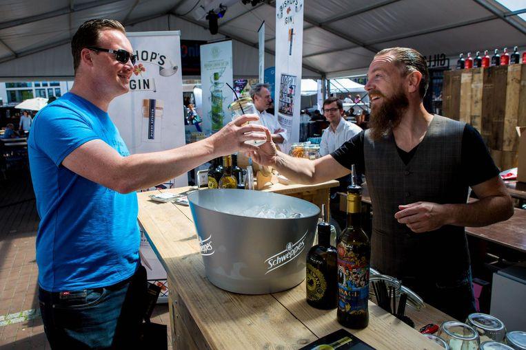 Archieffoto. Heinz Van Roye (rechts) tijdens de voorstelling van zijn eigen gin-merk, The Message.