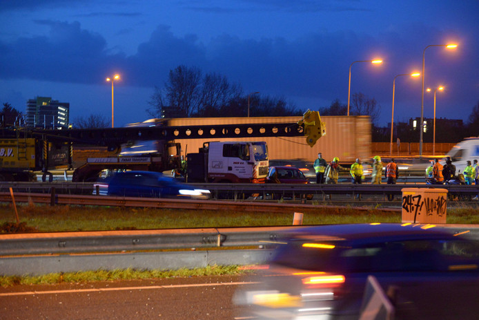 Aanrijding van negen auto's en twee vrachtwagens op de A16 ter hoogte van de Van Brienenoordbrug