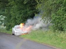 Mercedes vliegt tijdens ritje in brand in Holten, bestuurster kan auto op tijd verlaten