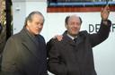 Freddy Heineken (links) en chauffeur Ab Doderer poseren daags na hun vrijlating bij de villa van Heineken.