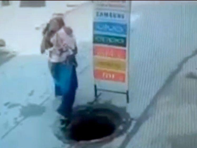Occupée au téléphone, elle tombe dans une bouche d'égout avec son bébé