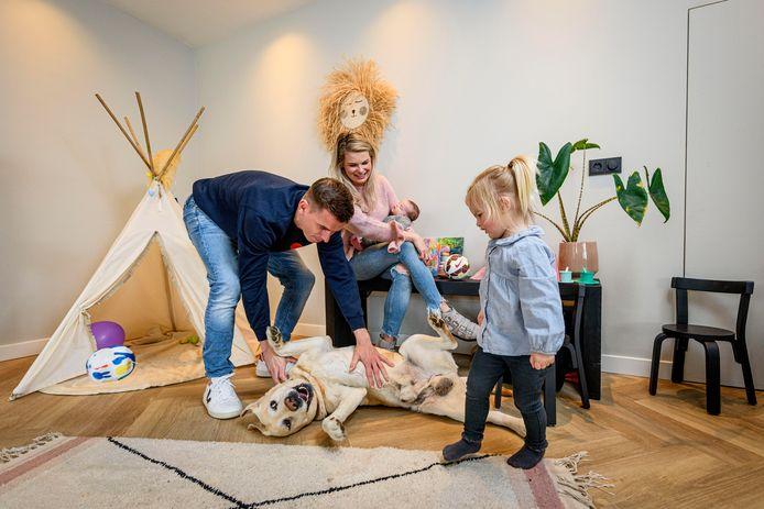 Thuis bij Heracles-speler Tim Breukers, die na dit seizoen stopt met voetbal. Met zijn vriendin Jessey d'Hollosy en kinderen Jade (oudste) en Lasse. En hond Jake.
