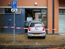 Auto rijdt pand van ABN AMRO in Oosterhout binnen