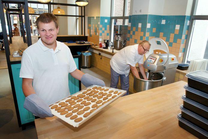 Ronald Hofs met versgebakken koekjes en bakker Frank Rietkerk.