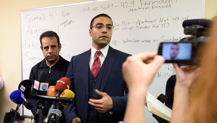 Hussam Al-Roustoum (links) op een persconferentie in New Jersey, met Mahmoud Mahmoud van Church World Service. Beeld AFP