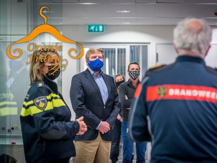 Bezoek van koning Willem-Alexander en burgemeester Jan van Zanen aan de hulpdiensten in Den Haag op nieuwjaarsnacht.
