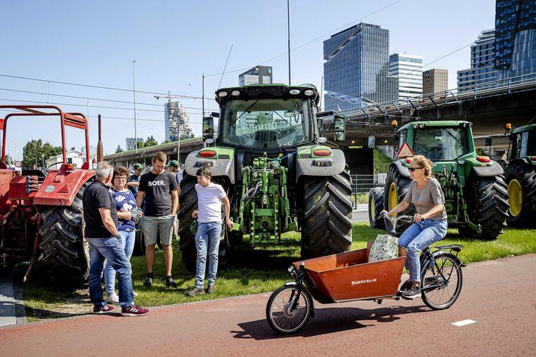 Bij de rechtbank in Amsterdam stonden maandagmiddag boeren met negen trekkers.  Beeld ANP