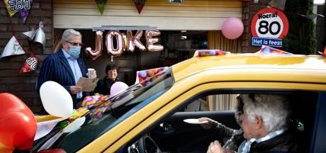 'Drive by'-felicitaties verrassen jarige Joke van Gent (80)