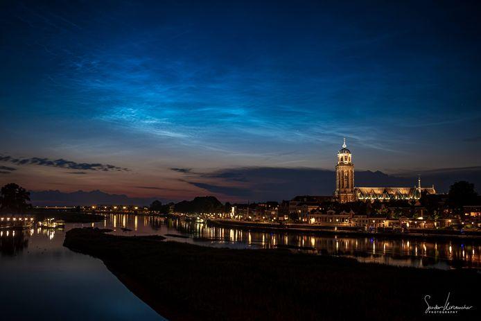 De lucht boven Deventer zag er afgelopen nacht spectaculair uit door de 'lichtende nachtwolken'.