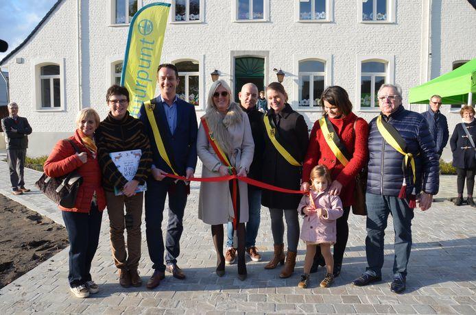 Het gemeente bestuur opent het nieuwe bibfiliaal in Denderhoutem samen met de bibliothecarissen.