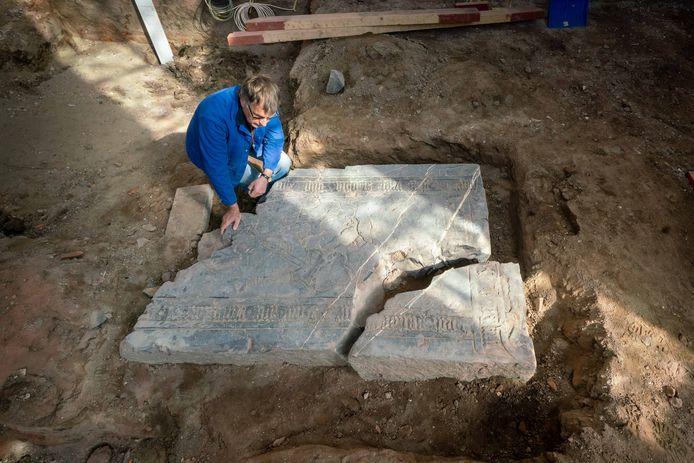 Kerkrentmeester Jaap van Merkerk bij de gevonden grafsteen in het kerkje in Driel.