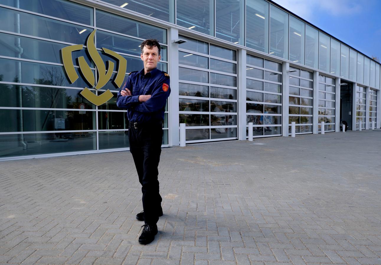 Johan den Hertog voor de nieuwe, kleinere brandweerkazerne in Papendrecht.
