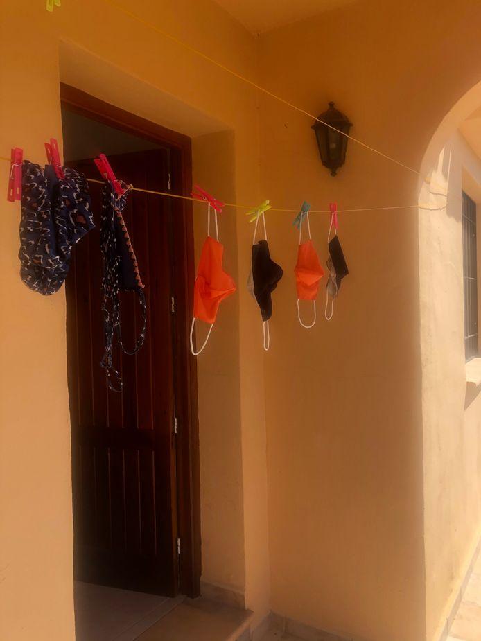 DROOGLIJNTJE Badgoed en mondkapjes hangen gezamenlijk te drogen na een dagje strand en wat inkopen doen. Plots is het mondkapje een noodzakelijk attribuut voor een geslaagd vakantietripje naar de Spaanse zon.
