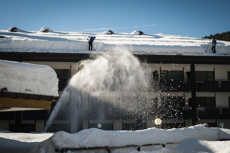 Er is veel sneeuw gevallen in Madonna di Campiglio, maar de skiliften en pistes blijven gesloten. Beeld Nicola Zolin