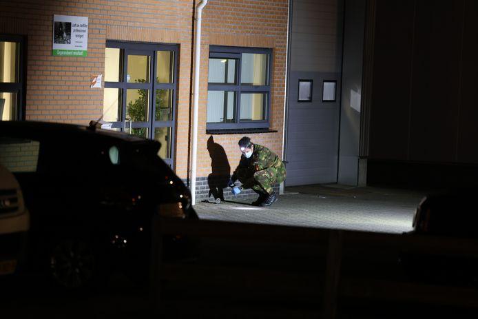 Een medewerker van de EOD onderzoekt de restanten van het explosief.