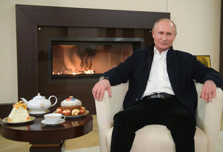 De Russische president Poetin spreekt zijn paasboodschap uit vanuit zijn woning.