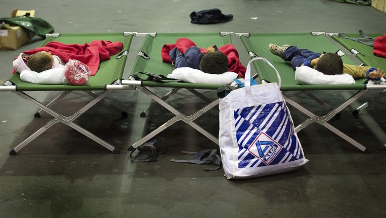 Jonge vluchtelingen in de nieuw ingerichte hal in de IJsselhallen in Zwolle. Beeld anp