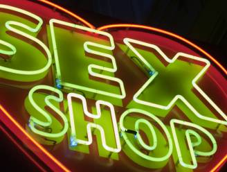 Inbreker seksshop test allerlei speeltjes uit