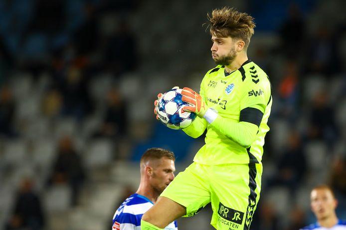 Rody de Boer heeft de bal klemvast tegen FCDenBosch. De AZ-huurling is bij De Graafschap de opvolger van Hidde Jurjus.
