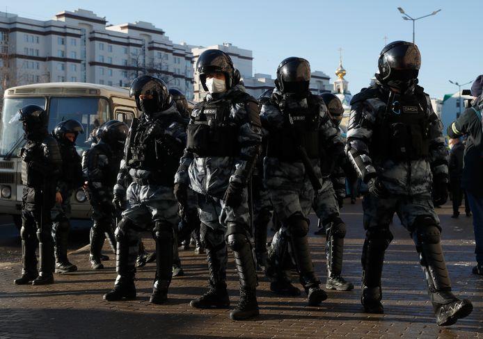 Politie aan het gerechtsgebouw in Moskou. Er werden al verschillende mensen opgepakt.