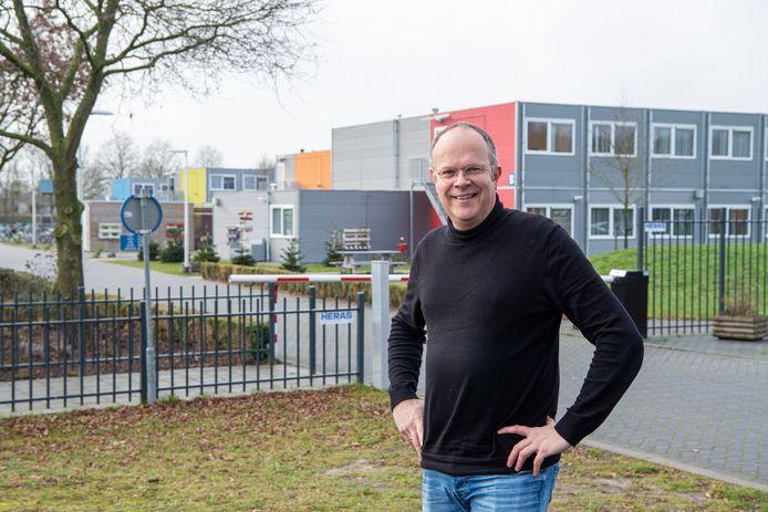 Ayold Buit is een van de initiatiefnemers van het Buddy Project Hardenberg waarbij asielzoekers in Hardenberg (op de achtergrond het azc) en de plaatselijke bevolking met elkaar in contact komen. Het project is genomineerd voor een Appeltje van Oranje.