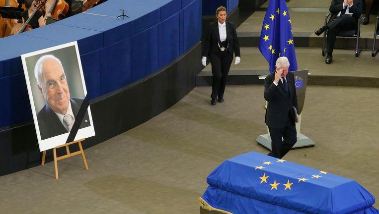 Bill Clinton groet de kist van Kohl. Beeld AP