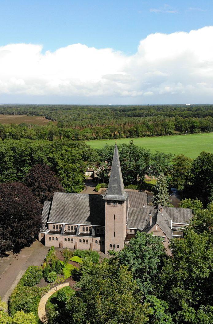 De kerk in Langeveen. De dorpelingen verzetten zich tegen de sluiting, maar vonden geen gehoor binnen hun parochiebestuur.