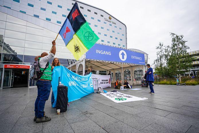 De activisten staan bij Eindhoven Airport.
